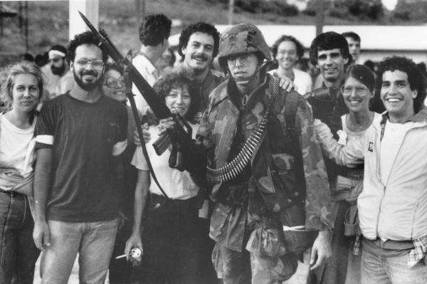 grenada I.8 - Americans students with soldier