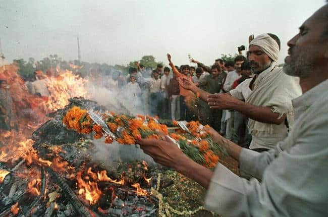 people mourning Rajiv at pyre