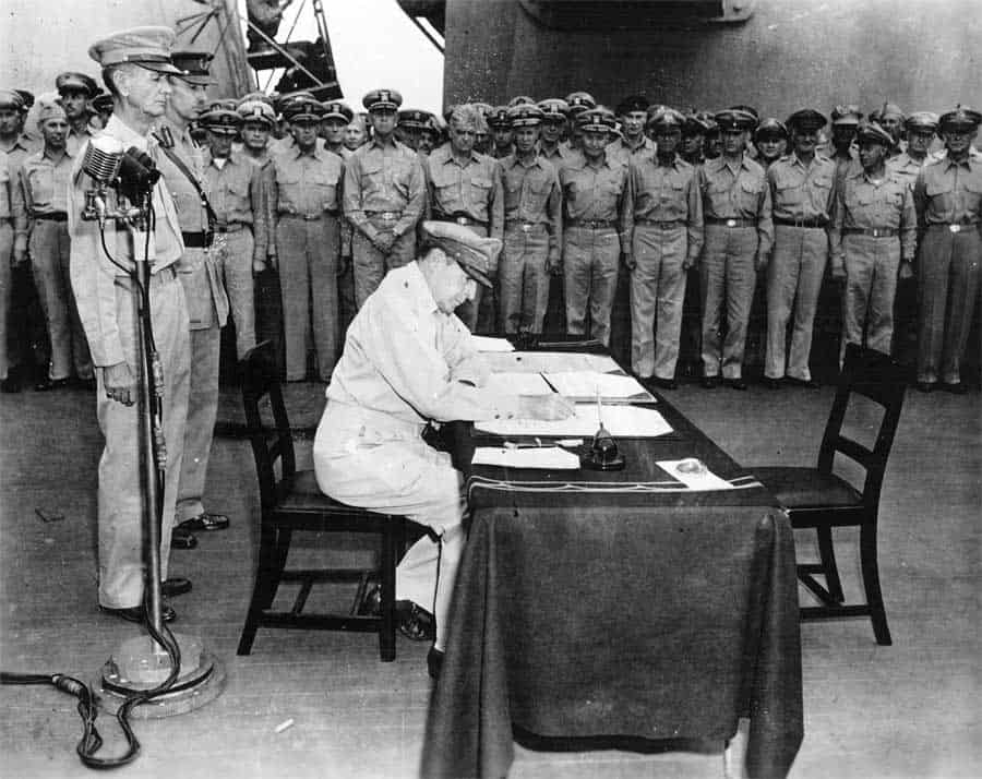 gen macartury signs treaty in japan