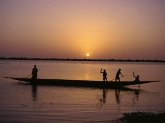 pate-jenny-children-on-local-pirogue-or-canoe-on-the-bani-river-at-sunset-at-sofara-mali-africa