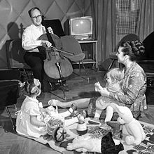 220px-RIAN_archive_70350_Opera_singer_Galina_Vishnevskaya_and_cellist_Mstislav_Rostropovich_with_their_daughters_at_home