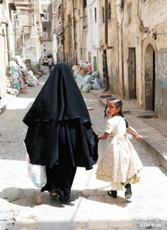 A Yemeni mother in a burqa with her daughter (Photo by Chi Modu/diverseimages)